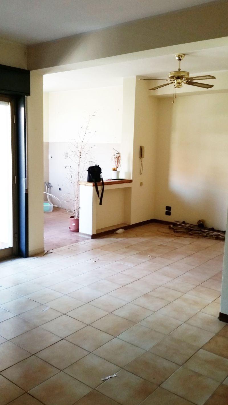 Motta S. Anastasia - c.so Sicilia - vendesi appartamento 4 vani 1° piano